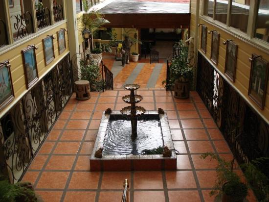 Hotel Don Carlos: Shaded patio area and fountain
