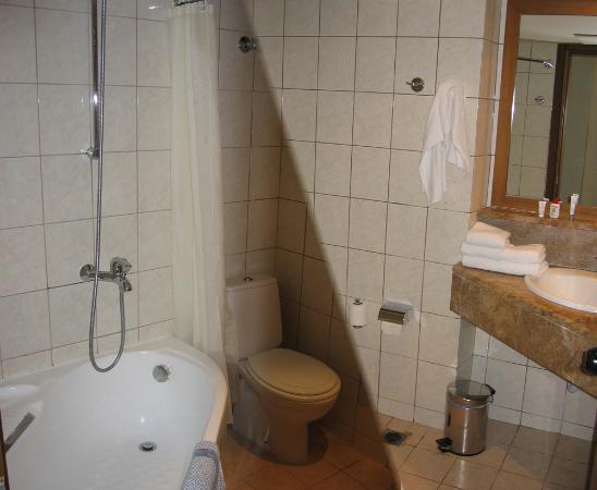 Sani Beach: Seafront Junior Suite bathroom