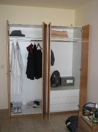 Sani Beach: Seafront Junior Suite closet and safe