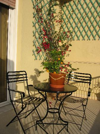 Adrian Hotel: Lovely garden balcony with orange bush