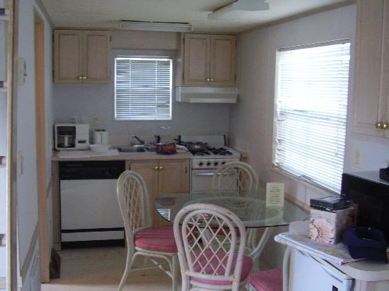 Tropical Palms Resort and Campground: kitchen arera