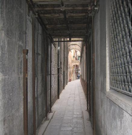 Locanda al Leon: Lane way to the hotel