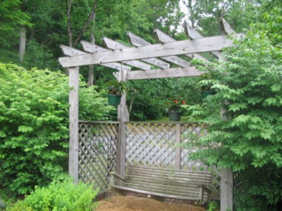 The Inn at Sugar Hollow Farm : Garden swing