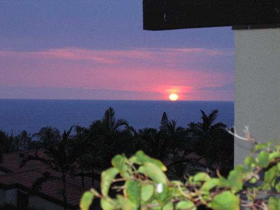 Kona Coast Resort: Sunset off the lanai.