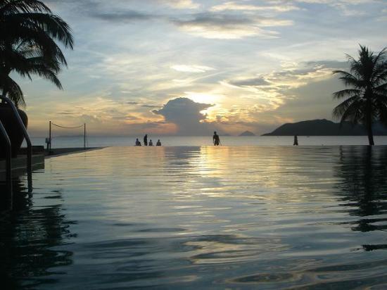 Evason Ana Mandara Nha Trang : Pool and sunrise at 5.30 am
