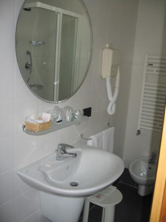 Hotel Victoria Frontemre: Clean bathroom