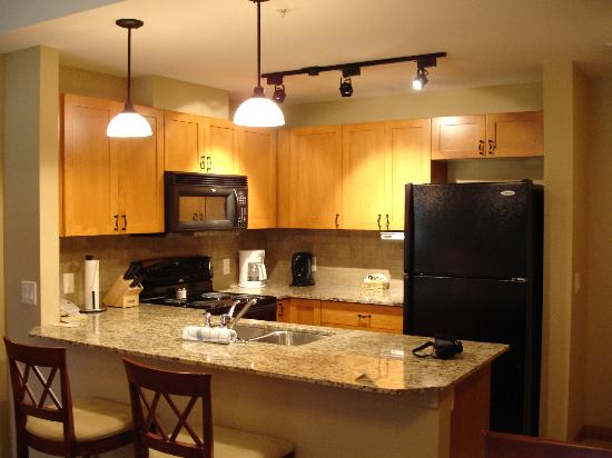 Falcon Crest Lodge: Kitchen in one bedroom suite
