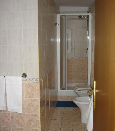 Hotel Pomezia: Bathroom