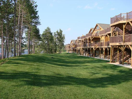 Northern Bay Resort: condos facing the lake