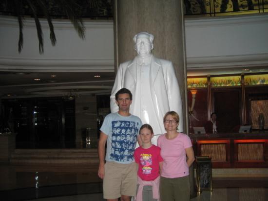Tarim Hotel : Mao in the Foyer