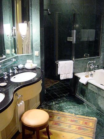 Four Seasons Hotel Singapore : The marble bathroom