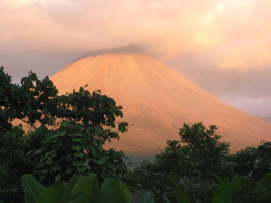 Lost Iguana Resort & Spa: Mount Arenal sunset from Celebrity Suite