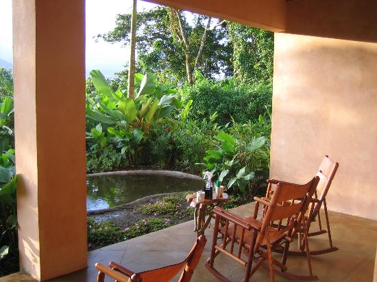 Lost Iguana Resort & Spa: Patio over looking the 'fiire fly garden'