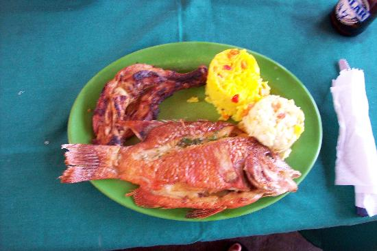 Dunes Hotel & Beach Resort: Lunch on the snorkeling trip