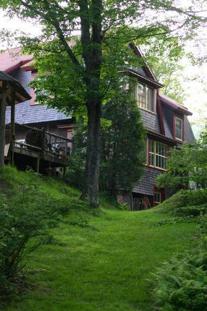 Porcupine Inn: A view of the inn from our stroll in the backyard