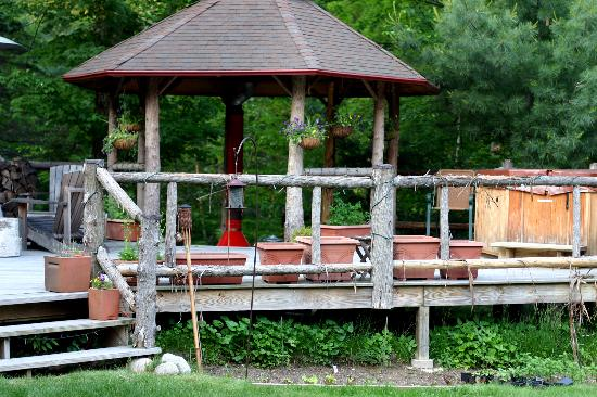 Porcupine Inn: Very welcoming hot tub and back porch