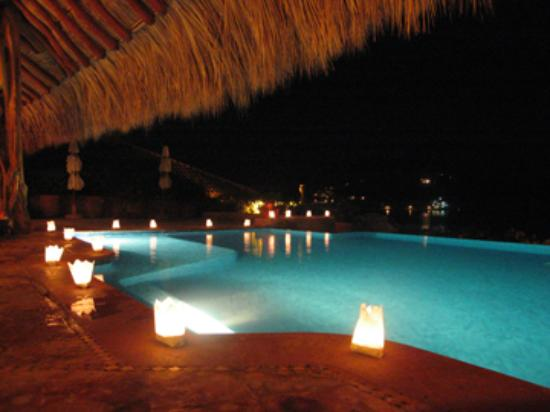 La Casa Que Canta : The pool lit up with lanterns for our wedding ceremony