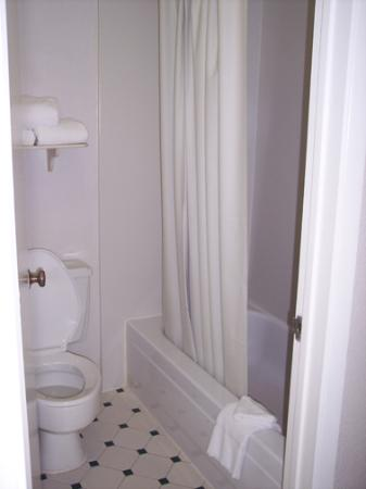 لا كوينتا إن سان أنطونيو فانس جاكسون: The Tub area of the bathroom