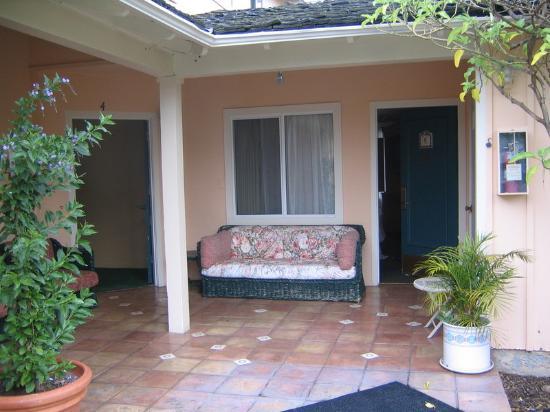 Oasis Inn & Suites: Patio