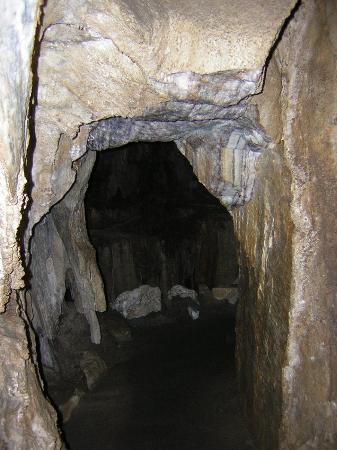 Crystal Cave: Cave passage