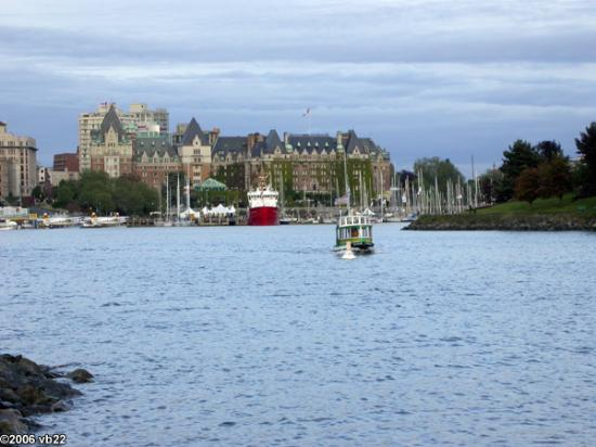Spinnakers Brewpub and Guesthouses: Water Taxi