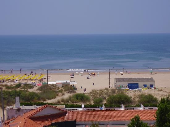 Yellow Praia Monte Gordo: This is the lovely view from my room.