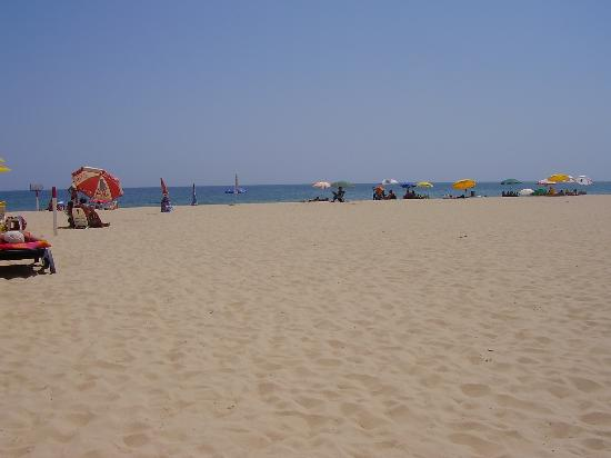 Yellow Praia Monte Gordo: The beach was also kept lovely