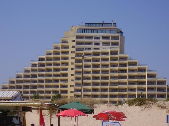 Yellow Praia Monte Gordo: The view of the hotel on the beach.