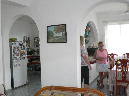 Alicia's Bed & Breakfast : Alicia and my wife in the dining room