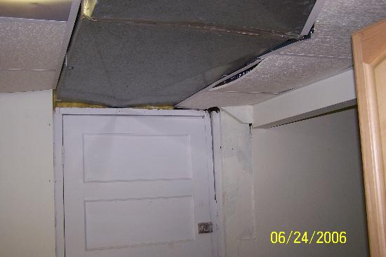 Carolina Beach, Carolina do Norte: Kitchen and airconditioning falling through ceiling