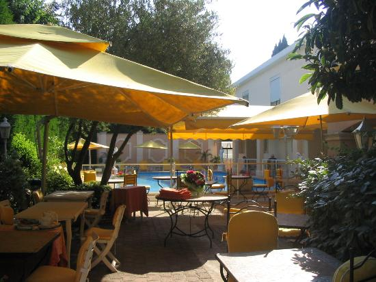 Inter Hotel Mireille: Courtyard and pool in the background