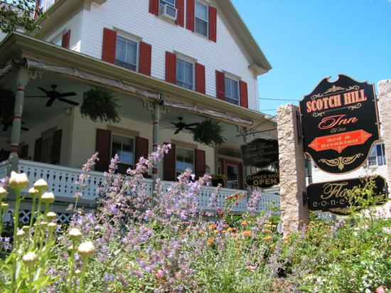 Scotch Hill Inn: This is s shot of the outside of the inn.  Flowers everywhere!