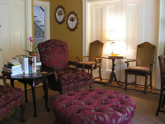 Scotch Hill Inn: This is the parlor.  Very comfy!