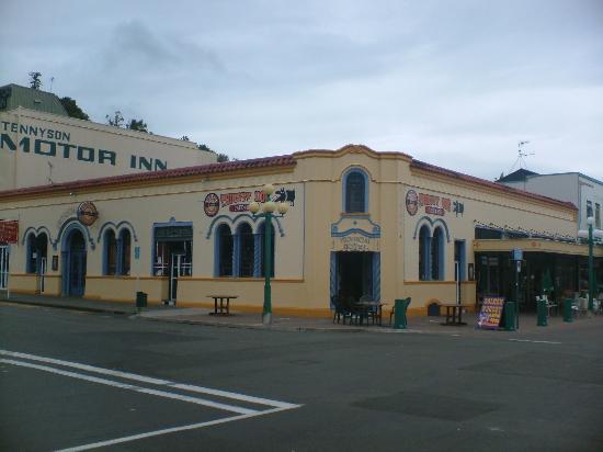 Bella Tuscany Motel: Local Pub!