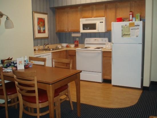 Residence Inn Anaheim Resort Area/Garden Grove: Kitchen/dining