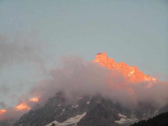 Hotel Le Cantou: Sunset over the Aiguille De Midi taken from the Cantou
