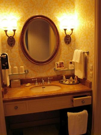 Tokyo DisneySea Hotel MiraCosta : Sink in room