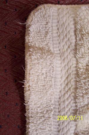 Candlewood Suites - Austin Arboretum-Northwest: Frayed towels