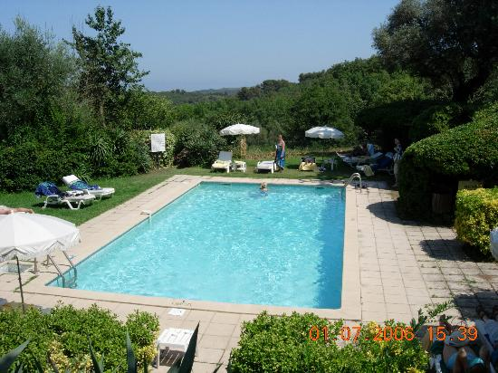 Auberge du Colombier : The swimming pool