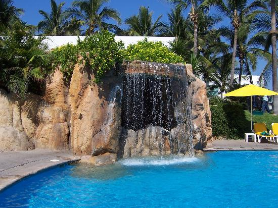 Mayan Sea Garden Mazatlan: Waterfall at the pool