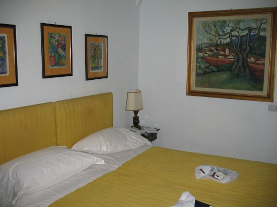 Villa Villoresi: Bedroom (cheapest room they have)