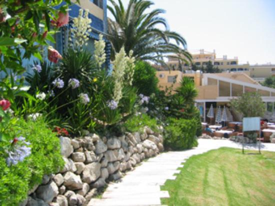 Hotel Algarve Casino: The beautiful garden around the pool