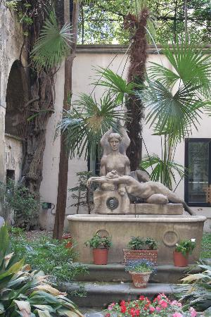 Hotel Locanda Orchidea: Old fountain in the garden