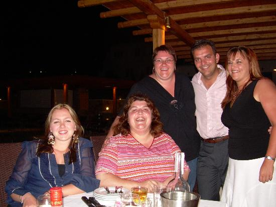 Yiannaki Hotel: Yiannis, Maria & some of our group