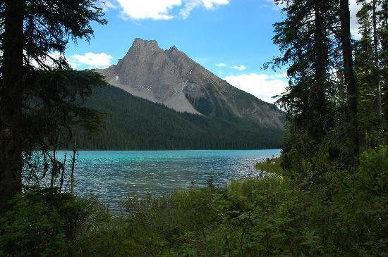 Field, Canada : A view across Emerald Lake