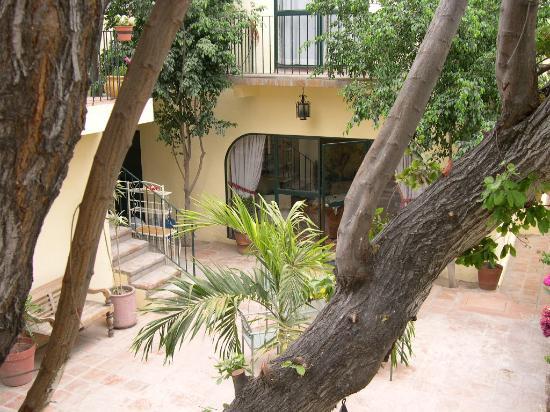 Casa Tuscany Inn: The beautiful courtyard