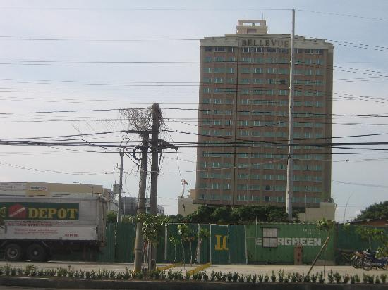 Muntinlupa, Filippinerne: Doesn't look like much from the outside, but the Bellevue is 5 star inside!