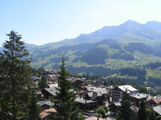 Parkhotel Bellevue: Balcony view of Adelboden valley