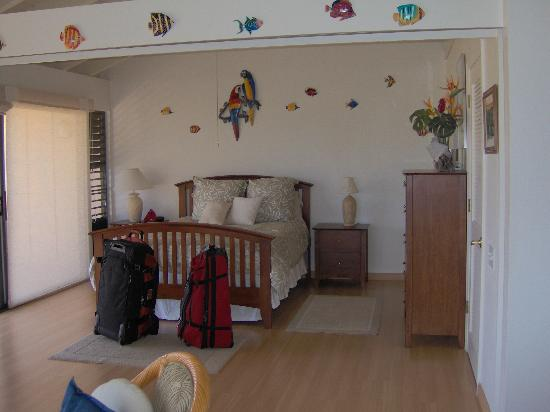 Ke Nani Kai: Main bedroom with sliding privacy doors.