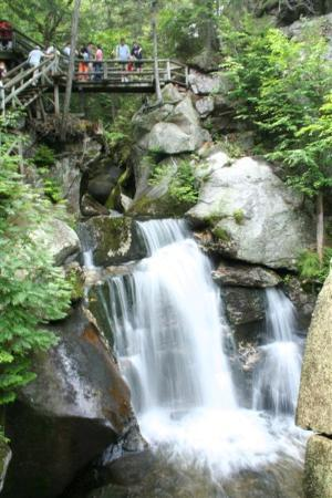 Woodstock, Nueva Hampshire: The bridge above the water fall